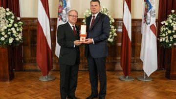 Toivo Lukonens saņem Latvijas valsts apbalvojumu - Atzinības krustu